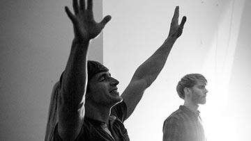 jovenes cristianos recibiendo al Espiritu Santo