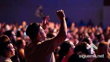 Joven cristiano adorando a Dios