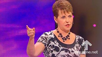 Joyce Meyer predica a mujeres cristianas enseñandoles a vivir positivamente, confiando en Dios.