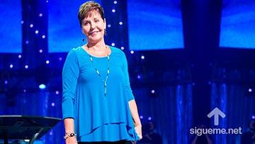 Joyce Meyer predica a mujeres cristianas