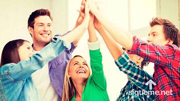Lideres de jovenes cristianos unidos con un proposito unen sus manos