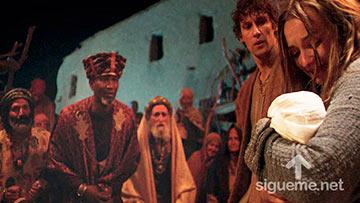 Los Reyes Magos guiados por la estrella de Belén llegan al pesebre donde nació Jesús