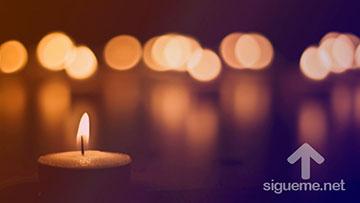 Luces de velas en la noche de la navidad