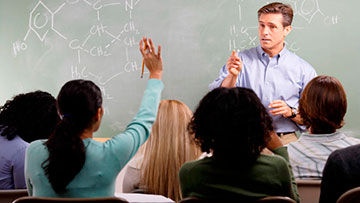 Maestro y alumnos en una clase participativa