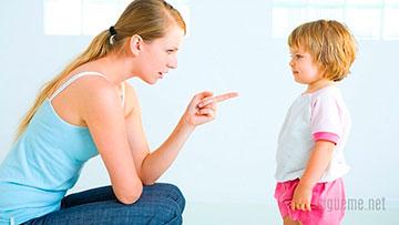 Mama corrigiendo, instruyendo, disciplinando a su hija