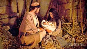 Maria, Jose y el niño Jesus en el pesebre en Navidad