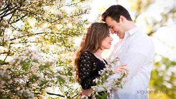 Matrimonio joven abrazandose