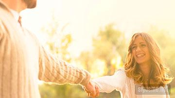 Matrimonio cristiano feliz tomandose de la mano
