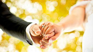 Matrimonio recien casados tomandose de la mano