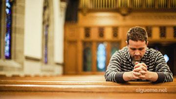 Ministro cristiano ora a Dios en la iglesia
