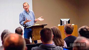 Ministro cristiano predicando y formando lideres