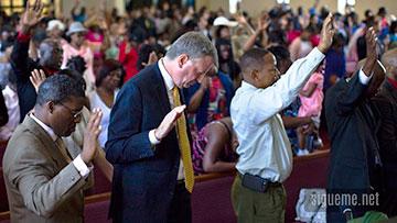 Ministros cristianos orando a Dios en la iglesia con manos levantadas