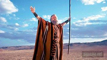 Moises levantando la vara ante el Mar Rojo