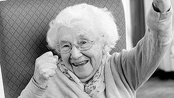 Mujer anciana dando la gloria a Dios