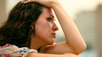 Mujer atribulada llorando