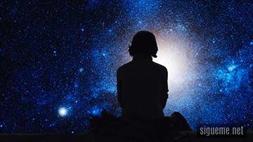 Mujer contemplando la creacion de Dios
