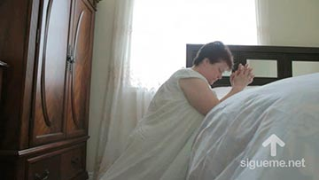 Imagen de mujer en oracion de la noche para dormir tranquila