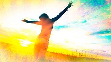 Mujer alzando sus manos al cielo adorando a Dios