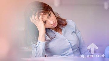 Mujer estresada por el cansancio de la actividad