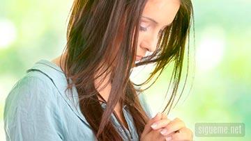 imagen de Mujer cristiana en oracion para pedir ayuda a dios