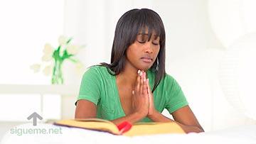 Mujer cristiana el oracion y meditando la palabra de Dios