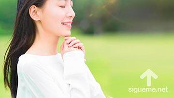 Mujer cristiana orando a Dios