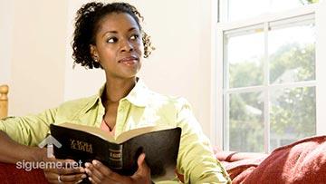 Mujer meditando en el mensaje de Dios