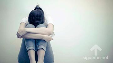 Mujer sentada, triste, deprimida