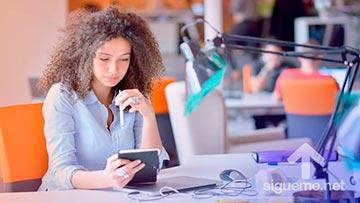 Mujer trabajando en oficina en su escritorio