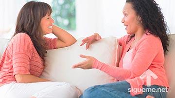 Dos mujeres cristianas hablando de Dios