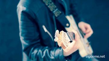 Musico cristiano tocando la guitarra