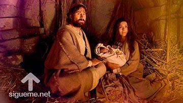 Jose y Maria en el pesebre junto al niño Jesus, Dios con nosotros