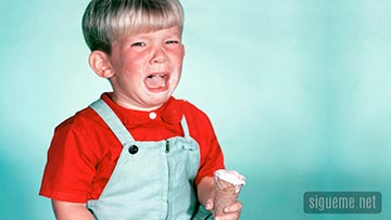 Niño llorando porque se le ha caido el helado