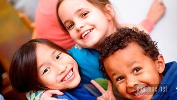 Tres niños sonriendo