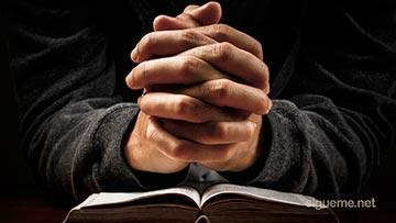 Cristiano orando a Dios sobre la Biblia, la Palabra de Dios