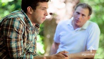 Padre aconsejando a su hijo en la toma de decisiones