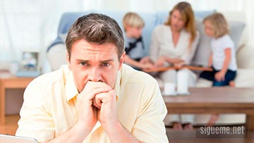 Padre de familia preocupado y desanimado