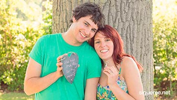 Pareja de novios cristianos enamorados