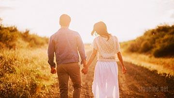 Pareja, matrimonio enamorado, caminando, tomados de la mano