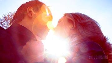 Matrimonio enamorado, feliz, iluminado con la luz del sol