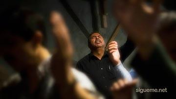 Cristianos adorando y orando unanimes a Dios