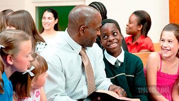 Pastor junto a su hijo en la iglesia