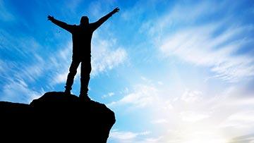 Joven cristiano en la cima