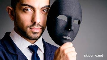 persona falsa falsedad hipocresía gente con máscara