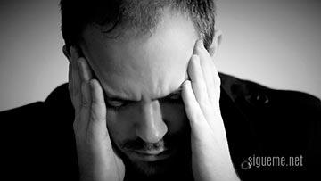 Persona preocupada por los problemas de la vida