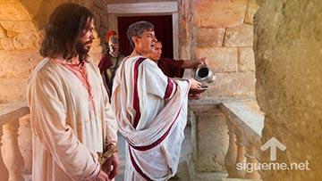Poncio Pilato se lava las manos y entrega a Jesús a los judios