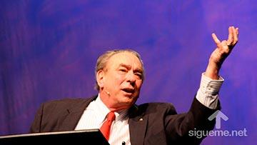 El Teologo RC Sproul predicando y enseñando un estudio biblico