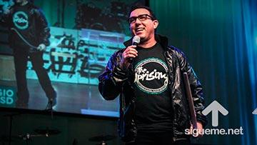 Sergio De La Mora predicando sobre la revolucion del amor