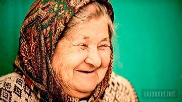 Mujer anciana sonrriendo