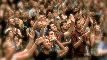 Una multitud de cristianos adorando a Dios